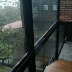 CASA ESTILO INDUSTRIAL BOSQUE TZALAM: Escaleras de estilo  por Francisco Godinez Alva