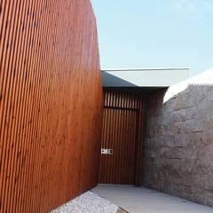 Nhà by OBRA ATELIER - Arquitetura & Interiores