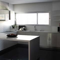 Casa do Ripado | Arquitetura de outro mundo: Cozinhas  por OBRA ATELIER - Arquitetura & Interiores