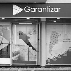 Oficinas Garantizar: Estudios y oficinas de estilo  por MOD | Arquitectura