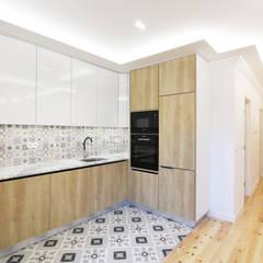 Apartamento estilo eclético no centro de Lisboa: Cozinhas  por Lisbon Heritage,Eclético