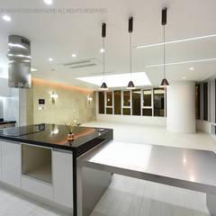 럭셔리 모던 컨셉 인테리어 : 빈스디자인의  빌트인 주방