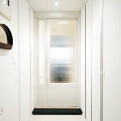 부산 홈스타일링 인테리어 - 집은 주인을 닮는다.: 로하디자인의  복도 & 현관,모던
