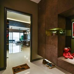 RESIDENSI 22 MONT' KIARA:  Corridor & hallway by HOO DESIGN RESOURCES, Minimalist Plywood