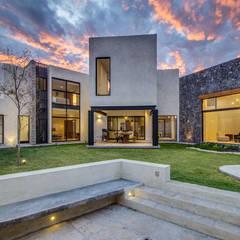 CASA ZATARAIN: Casas unifamiliares de estilo  por m arquitecturA