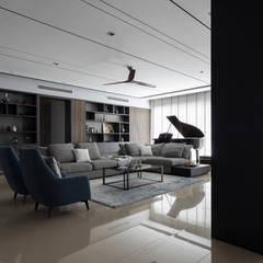 Pavilion Hilltop, Mont Kiara:  Living room by Box Design Studio