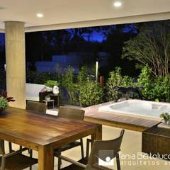 Balcón de estilo  por Tania Bertolucci  de Souza  |  Arquitetos Associados,