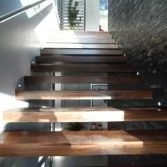 Casa Encinos: Escaleras de estilo  por Tucasainteligente.net