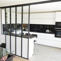 Création d'un bureau à domicile dans un appartement: Cuisine de style  par Créateurs d'Interieur,