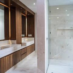 Proyecto Residencial El Molino: Vestidores y closets de estilo  por D4 ARQUITECTOS