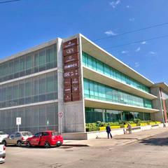 Identificación en fachada: Edificios de Oficinas de estilo  por Imagen y Display Cúbica, S.A. de C.V.
