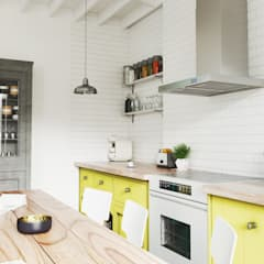 Klasyczna kuchnia z pastelowymi akcentami i okapem Nomina 60 Sensor: styl , w kategorii Kuchnia zaprojektowany przez GLOBALO MAX