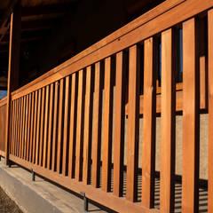Cabañas Boutique El Encino: Terrazas  de estilo  por Cauco Woods & Design