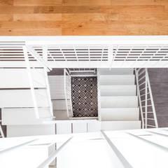 Escaleras de estilo  por Créateurs d'Interieur
