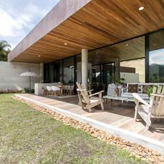 CASA ENTREMUROS: Terrazas de estilo  por BASSICO ARQUITECTOS