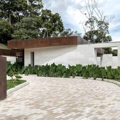 CASA ENTREMUROS: Casas de estilo  por BASSICO ARQUITECTOS, Moderno