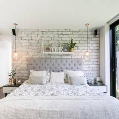 CASA ENTREMUROS: Habitaciones de estilo  por BASSICO ARQUITECTOS, Moderno Ladrillos