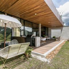 CASA ENTREMUROS: Terrazas de estilo  por BASSICO ARQUITECTOS, Moderno Madera Acabado en madera