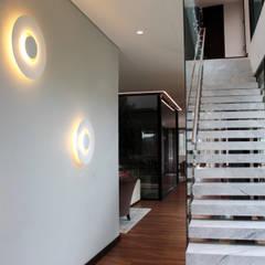 CASA C4: Escaleras de estilo  por BASSICO ARQUITECTOS, Moderno Mármol