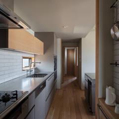 胡桃の家: 藤本建築設計事務所が手掛けた小さなキッチンです。,モダン