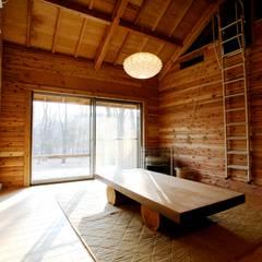 セカンドライフの別荘: 株式会社高野設計工房が手掛けたリビングです。,カントリー