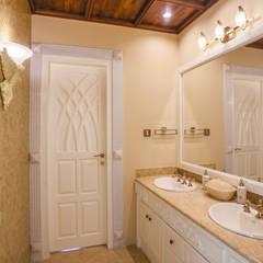 Phòng tắm phong cách thực dân bởi S Squared Architects Pvt Ltd. Thực dân Gỗ Wood effect