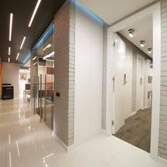 Corridor & hallway by os.architects