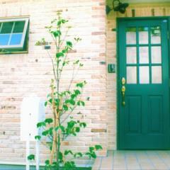 本格輸入住宅のスイートホームです。: スイートホーム株式会社が手掛けた玄関ドアです。,北欧 木 木目調