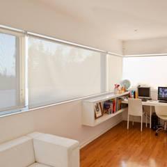 Ampliación y Remodelación de Casa Carreño en Vitacura, Santiago: Estudios y biblioteca de estilo  por [ER+] Arquitectura y Construcción