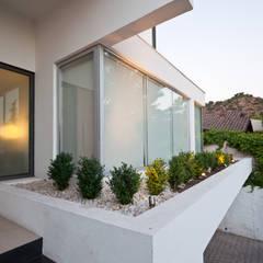 Ampliación y Remodelación de Casa Carreño en Vitacura, Santiago: Casas unifamiliares de estilo  por [ER+] Arquitectura y Construcción
