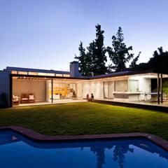 Ampliación y Remodelación de Casa Carreño en Vitacura, Santiago: Jardines de estilo  por [ER+] Arquitectura y Construcción,