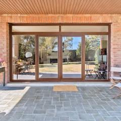 Puertas de estilo  por Arquigestiona Reformas S.L., Moderno