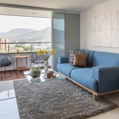 Proyecto Gloria Toro: Salas de estilo  por Casa de Tres
