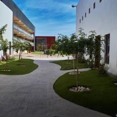 Escuelas de estilo  por AR.KOS Arquitectura Sustentable