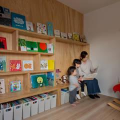 Habitaciones para adolescentes de estilo  por エム・アンド・オー