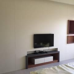 三代同堂的自用住宅的室內設計:  臥室 by houseda