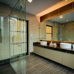 Semi-D @ Bukit Segar :  Bathroom by Young Concept Design Sdn Bhd