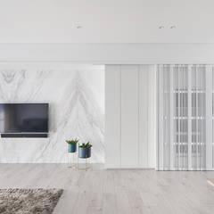 謐白:  客廳 by 思維空間設計  , 簡約風