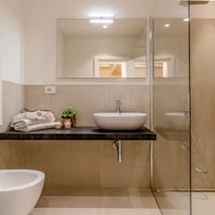 Bathroom by MIROarchitetti, Country
