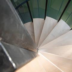 Casa El Pinar: Escaleras de estilo  por Arquirea