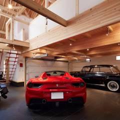 車3台収容!電動オーバーヘッドシャッターを採用した高品質木造ガレージハウス: (株)バウハウスが手掛けたカーポートです。,モダン 木 木目調