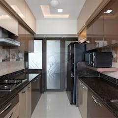MR.LALIT SHARMA'S RESIDENCE IN KHARGHAR:  Kitchen by DELECON DESIGN COMPANY