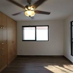 Casa Lety Miyano: Recámaras pequeñas de estilo  por LEAL ARQUITECTOS S.A DE C.V.