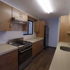 Casa Lety Miyano: Cocinas pequeñas de estilo  por LEAL ARQUITECTOS S.A DE C.V.