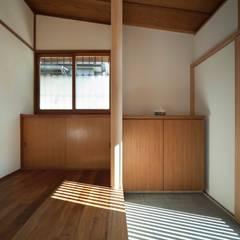 Paredes de estilo  por 松井建築研究所