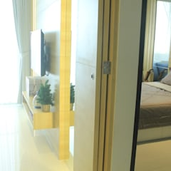 Lexington apartment: Koridor dan lorong oleh POWL Studio,