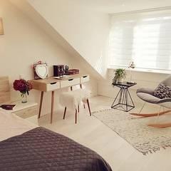 Living room & attic renovation Amstelveen:  Slaapkamer door LaTr Interior