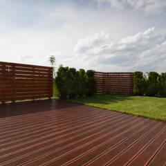 Kompletna realizacja - modrzewiowy taras wraz z ogrodzeniem, domkiem gospodarczym oraz wiatą garażową - Jaworzno: styl , w kategorii Taras zaprojektowany przez Bednarski - Usługi Ogólnobudowlane