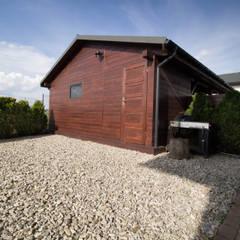 Kompletna realizacja - modrzewiowy taras wraz z ogrodzeniem, domkiem gospodarczym oraz wiatą garażową - Jaworzno: styl , w kategorii Garaż zaprojektowany przez Bednarski - Usługi Ogólnobudowlane