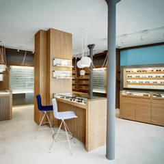 """Magasin d'optique design """"Thomas Opticien"""", dans le 5ème arrondissement à Paris.: Locaux commerciaux & Magasins de style  par Alessandra Pisi / Pisi Design Architectes"""